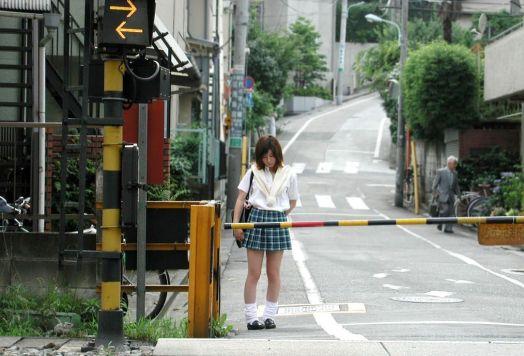 schoolgirl_trainbar1.jpg